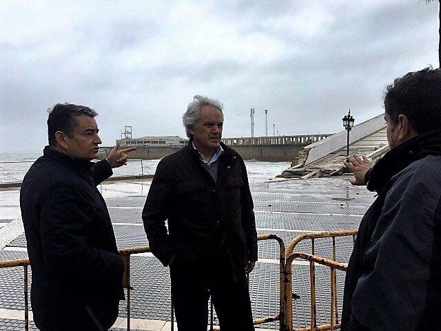 El subdelegado en Cádiz con Antonio Sanz visitando daños por el temporal
