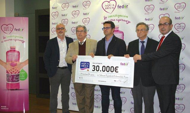 Imagen de la entrega de fondos de Aguadeus a Feder