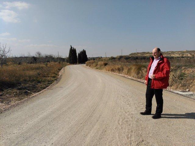 El alcalde de Alcañiz en el camino de la Estanca una vez finalizadas las obras.
