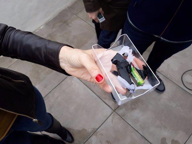 Eva Montesinos sostiene el dispositivo localizado