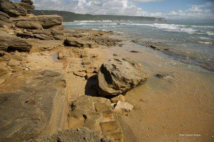 El temporal descubre restos arqueológicos de una construcción en el Tómbolo de Trafalgar
