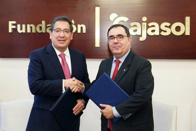 Firma de convenio de colaboración entre Antonio Pulido y Vicente Guzmán