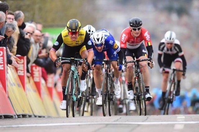 Dylan Groenewegen gana la segunda etapa de la París-Niza