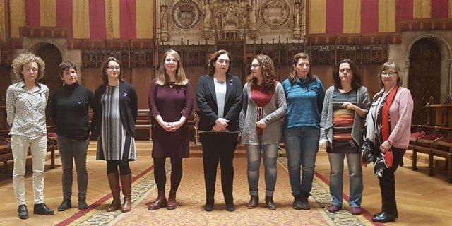 Ada Colau con las concejales y comisionadas de su Gobierno municipal