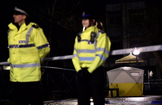 Agentes de Policía de Reino Unido en un área acordonada