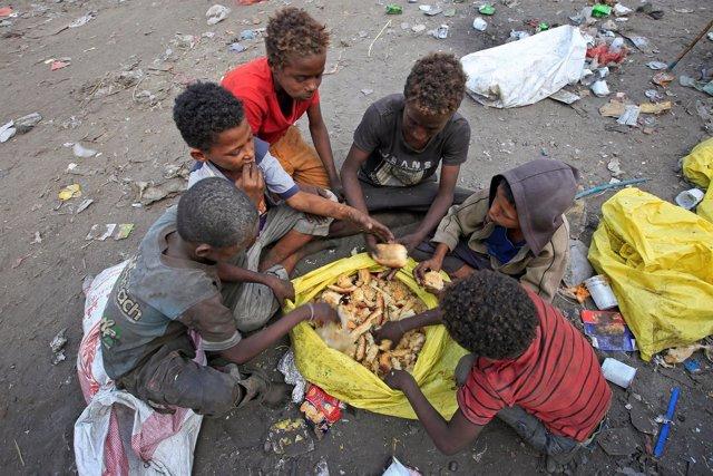 Niños comen pan cogido de la basura en Hodeida