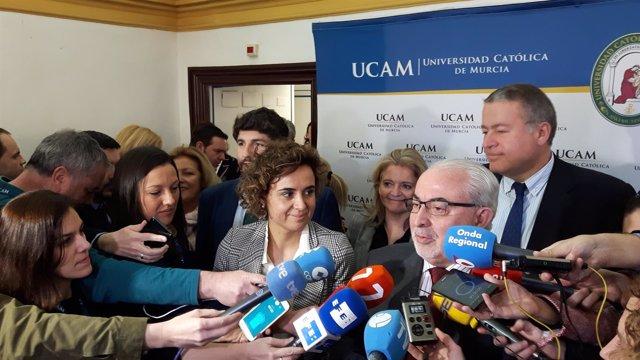 Dolors Montserrat, durante el contacto con los medios acompañada por Mendoza