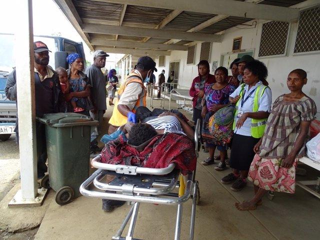 Residente recibe tratamiento después de un terremoto en Papúa Nueva Guinea