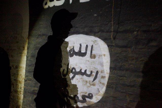Bandera de Estado Islámico en un muro de Mosul