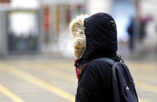 Persona en la calle un día de invierno