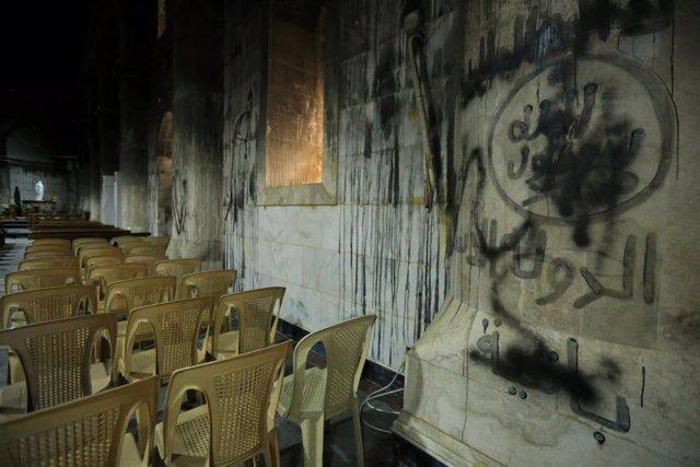 Grafiti de Estado Islámico en una iglesia en Irak