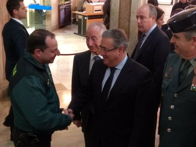 Zoido saluda a uno de los portavoces de la Guardia Civil, David Domínguez