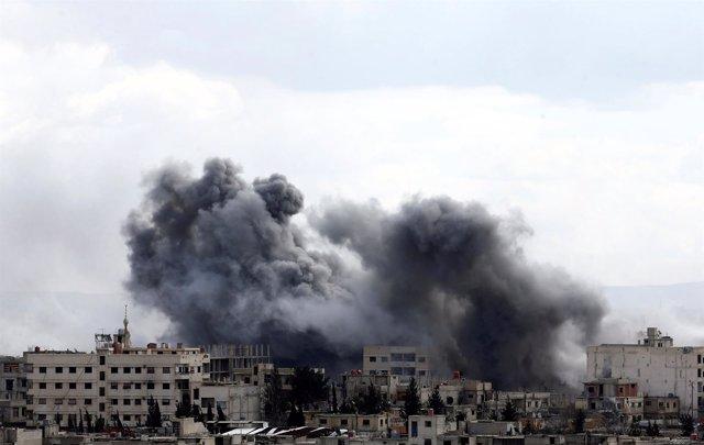 Humo proveniente de Ghuta Oriental, en Damasco (Siria)