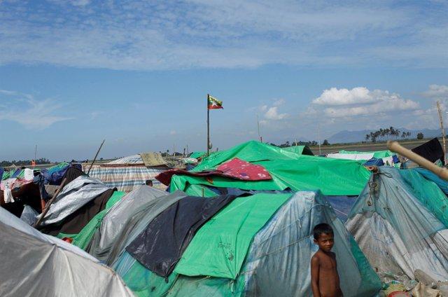 Un niño rohingya en un campamento a la espera de cruzar hacia Bangladesh