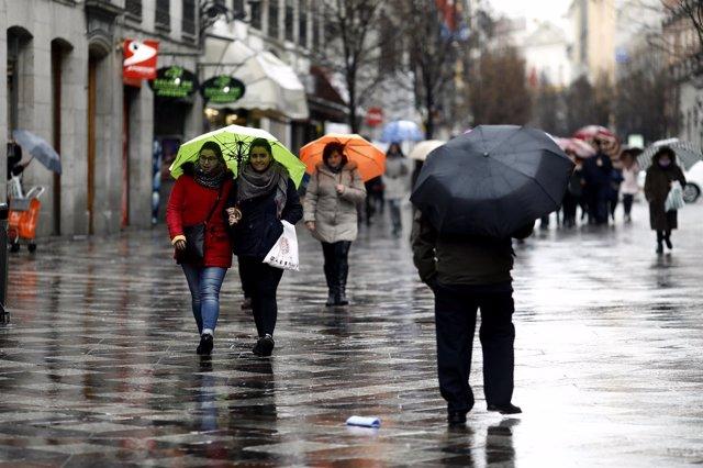 Personas con paraguas por la lluvia