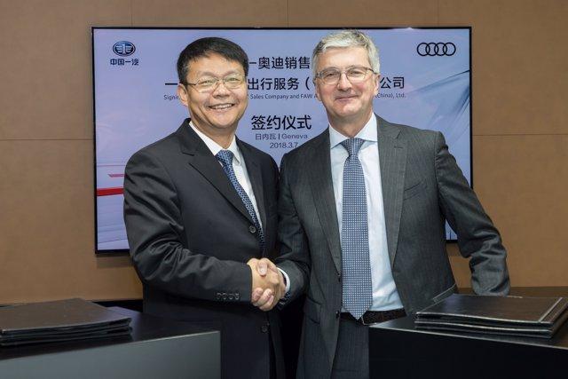 El presidente de Audi China, Joachim Wedler con el representante de FAW