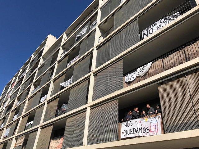 Pablo Iglesias, Xavier Domènech y Lucía Martín visitan un bloque de pisos