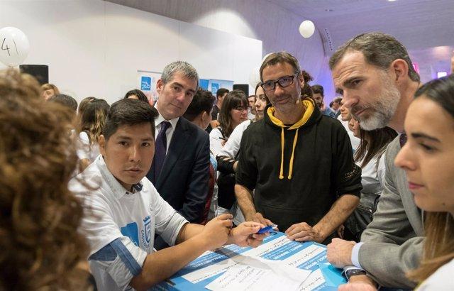 El Rey visita a los jóvenes participantes en el reto creativo