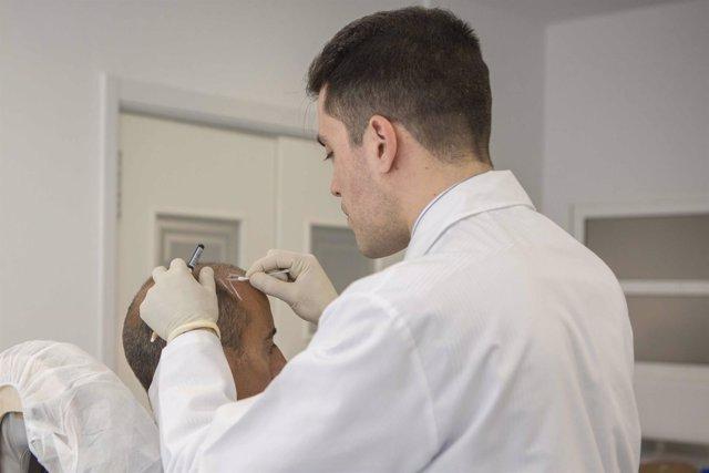 Médico trabajando en un transplante de pelo