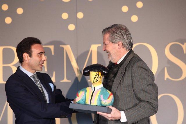 Iñigo Méndez de Vigo entre a Enrique Ponce el Premio Commodore Rocío Gandarias