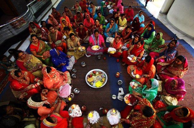 Mujeres rezan en un festival hindú