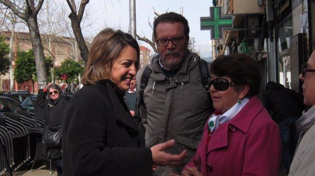 Isabel Ambrosio con vecinas y Miguel Franco