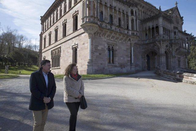 El consejero de Cultura y la alcaldesa en el Palacio de Sobrellano de Comillas