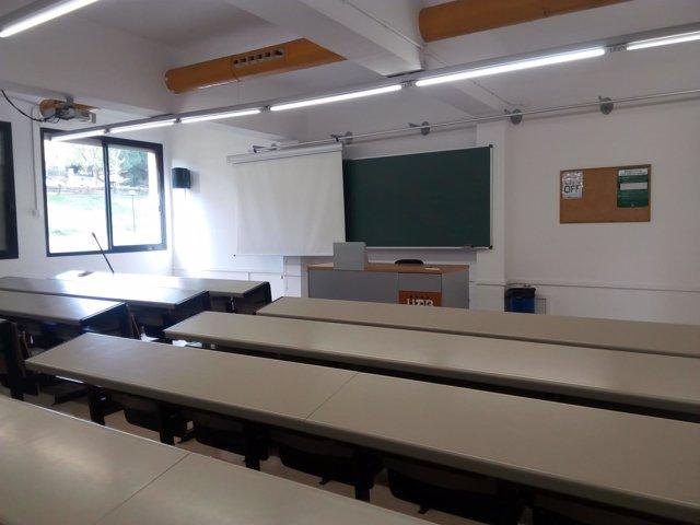 Una aula vacía de la Facultad de Comunicación de la UAB