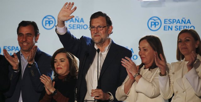 Mariano Rajoy con Cospedal y Santamaría en el balcón de Génova PP elecciones