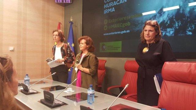La subsecretaria de Exteriores, Beatriz Larrotcha (centro)
