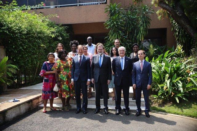 Rajoy con el embajador y el personal de la Embajada de España en Costa de Marfil