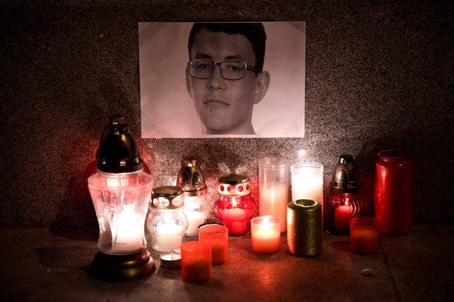 Velas en memoria del periodista de investigación asesinado Jan Kuciak