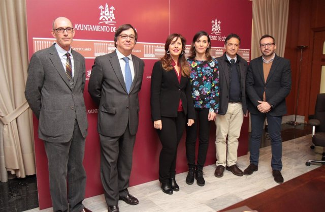 Téllez (centro) con el resto de responsables de empresas de cementerios