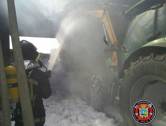 Bomberos de Santander sofocan un fuego en una estabulación de Vioño
