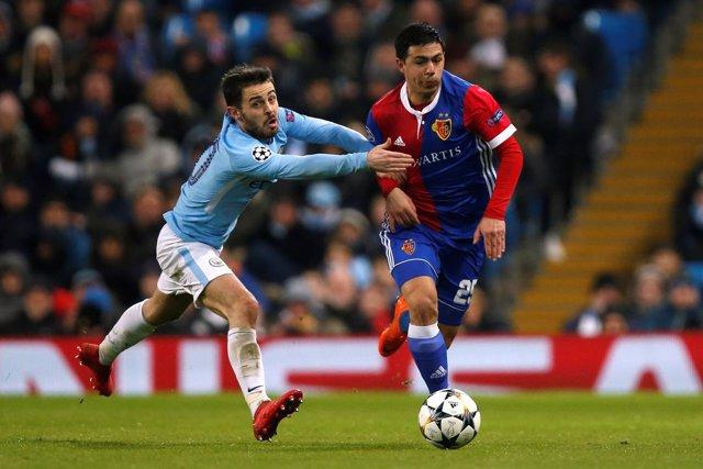 Bernardo Silva persigue a un jugador del Basilea