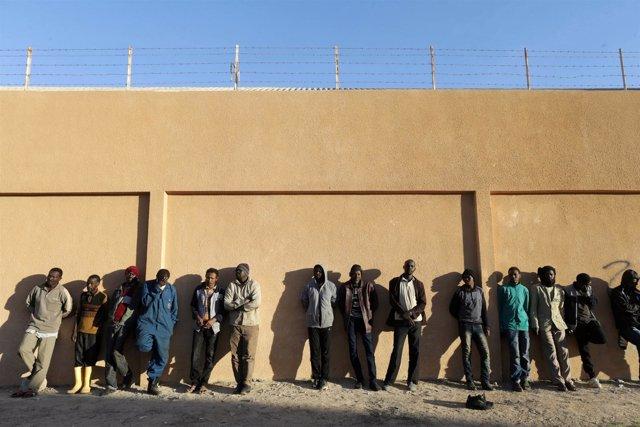 Migrantes en un centro de detención en Libia