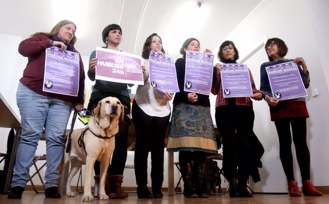 Teresa Rodríguez con representantes de sindicatos que convocan huelga el 8M
