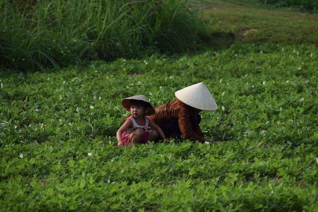Mujer con su hija en Vietnam