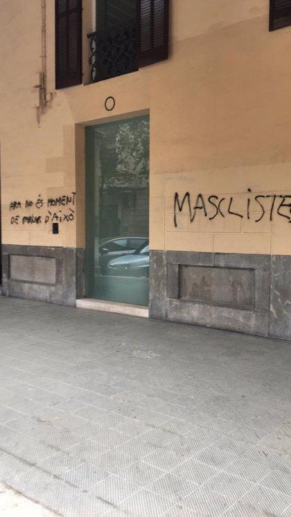 """La sede del PP en Palma amanece en el Día de la Mujer con pintadas en las que se les acusa de """"machistas"""""""