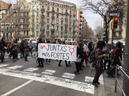 Un centenar de mujeres cortan una hora la Gran Via en Barcelona y hacen un pasacalles