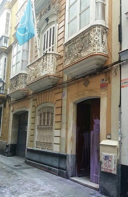 La sede provincial del PP de Cádiz amanece con pintadas de color morado