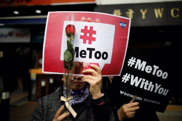 Foto de archivo de un cartel de la campaña 'Me Too' en Seúl