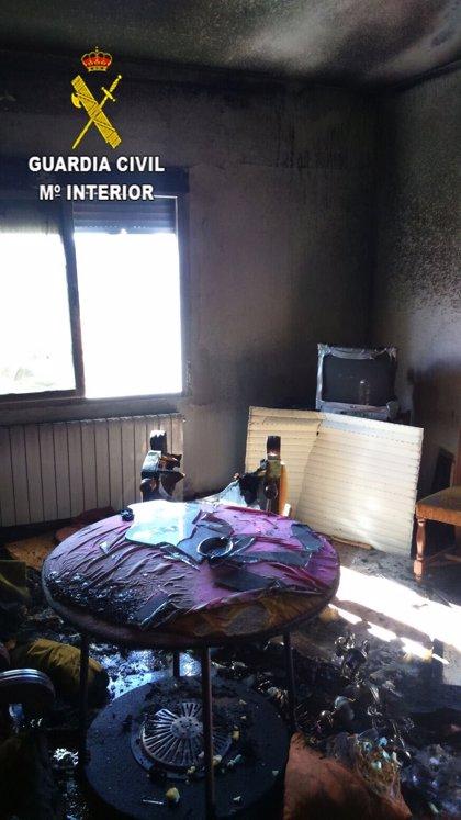 Un guardia civil rescata a un matrimonio y dos menores del interior de una vivienda en llamas en Guadalupe