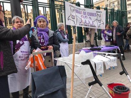 """Un centenar de mujeres llevan escobas y delantales al centro de València para escenificar su """"trabajo invisible"""""""