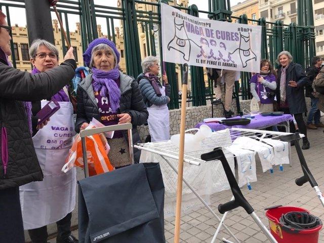 Mujeres con delantales en València por el 8M
