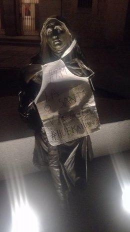 Escultura de Santa Teresa con un mandil sobre la huelga