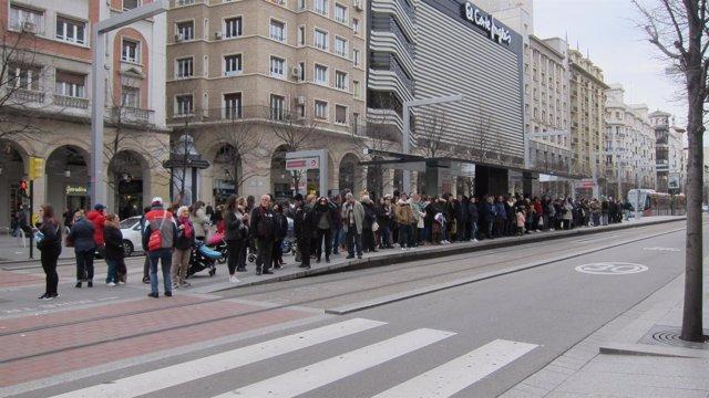 Parada del tranvía de Zaragoza en  Independencia en la jornada de huelga del 8M