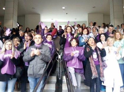 Sanitarios catalanes protestan ante centros al inicio de la jornada de huelga feminista