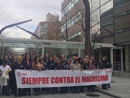 """Diputados del PSOE se manifiestan con trabajadoras de la Asamblea al grito de """"igualdad"""" y """"no a la brecha salarial"""""""