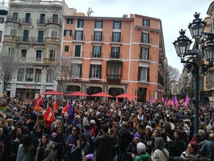 Unas 2.500 personas se concentran en Cort por los derechos de la mujer